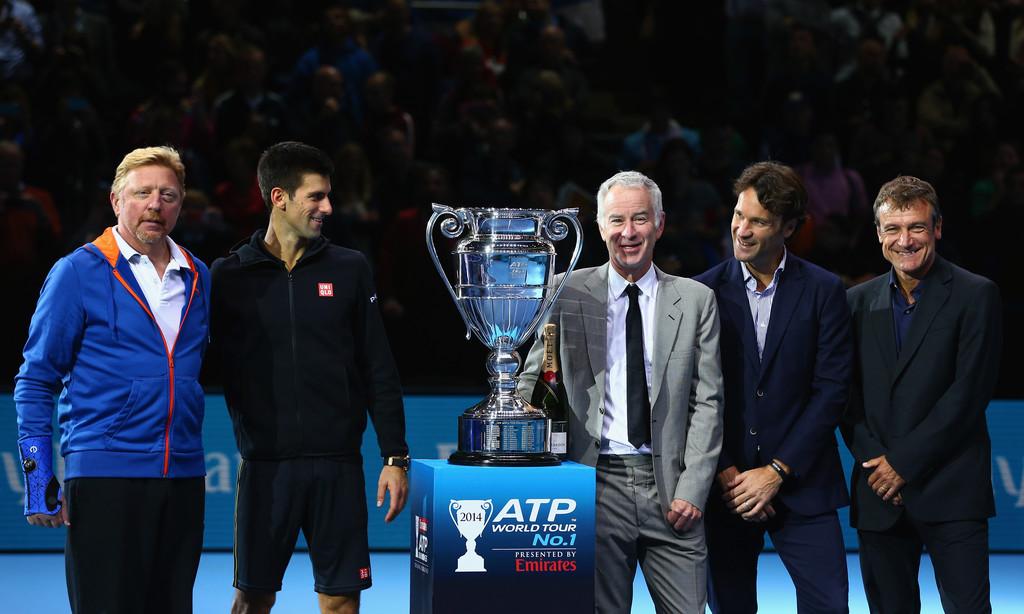 Novak Djokovic recibió su trofeo de las manos de muchos ex-n°1: Boris Becker, John McEnroe, Carlos Moyà y Mats Wilander