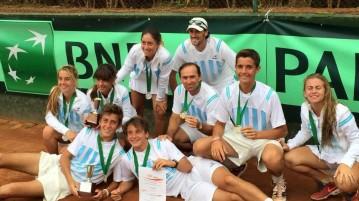 Los equipos Sub-16 de Argentina y los capitanes (Foto: Diego González)