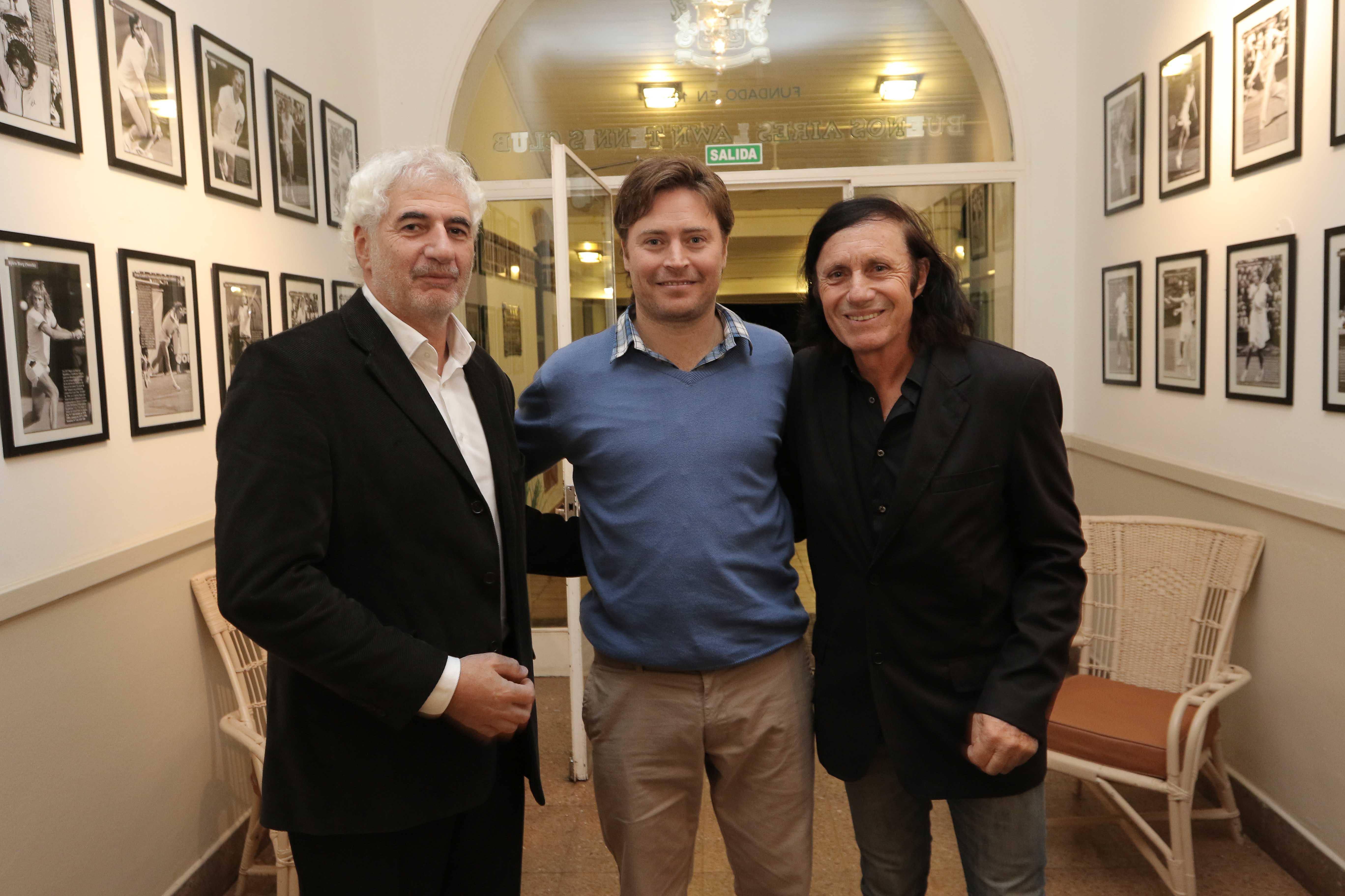 Eduardo Puppo y Guillermo Vilas con Diego Amuy en la galería del Buenos Aires